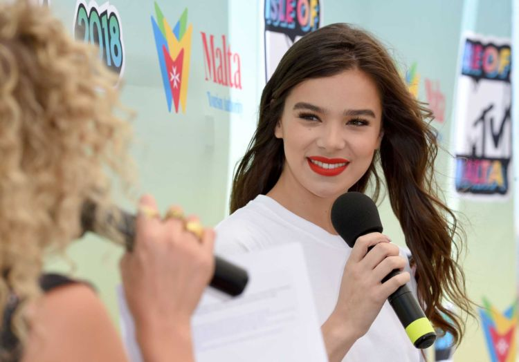 Pretty Hailee Steinfeld At The Isle Of MTV Press Conference