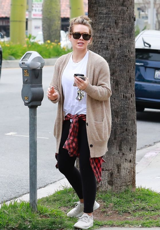 Hilary Duff Paying The Parking Meter Charges