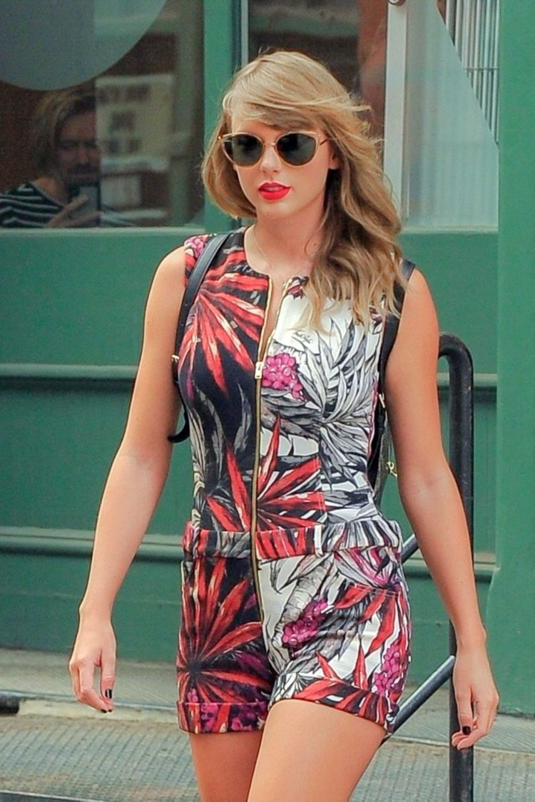 Stylish Taylor Swift Leaving Her Apartment In New York
