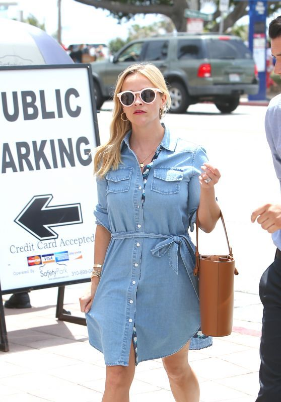 Reese Witherspoon Looks Cool At The Ivy In Santa Monica